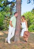 Jeunes couples espiègles d'amour ayant l'amusement image libre de droits
