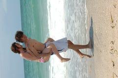 Jeunes couples espiègles de plage Photos stock