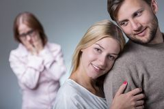 Jeunes couples et belle-mère Photos libres de droits