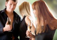 Jeunes couples et femmes retenant des glaces avec le champagne, à l'extérieur Photographie stock