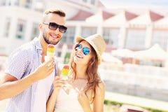 Jeunes couples et glace Images stock