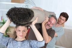 Jeunes couples et père les aidant pour sortir  images stock