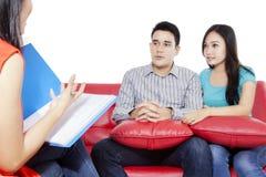 Jeunes couples et psychiatre photographie stock