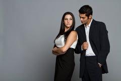 Jeunes couples ethniques ayant des problèmes Photo stock