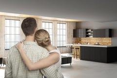 Jeunes couples européens dans la cuisine moderne Photos stock