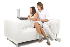 Jeunes couples européens surfant le Web à la maison Photos stock