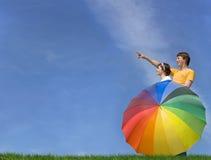 Jeunes couples examinant le contrat à terme lumineux Photos stock