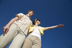 Jeunes couples examinant le contrat à terme lumineux Images stock