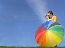 Jeunes couples examinant le contrat à terme lumineux Photos libres de droits