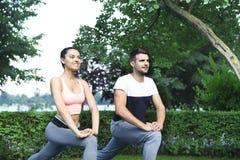 Jeunes couples exerçant et étirant des muscles avant acti de sport Photographie stock