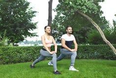 Jeunes couples exerçant et étirant des muscles avant acti de sport Images libres de droits