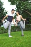 Jeunes couples exerçant et étirant des muscles avant acti de sport Images stock