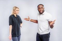 Jeunes couples exprimant leur mécontentement en relations Photographie stock libre de droits