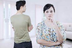 Jeunes couples fâchés à la maison photographie stock libre de droits