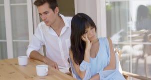 Jeunes couples fâchés boudant après un argument image stock