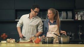 Jeunes couples faisant cuire dans la cuisine banque de vidéos