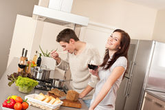 Jeunes couples faisant cuire dans la cuisine ensemble Photo libre de droits