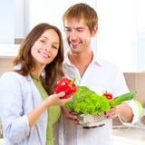 Jeunes couples faisant cuire la nourriture saine Photographie stock