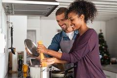 Jeunes couples faisant cuire les pâtes italiennes photo stock