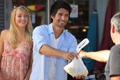 Jeunes couples faisant des achats photographie stock