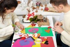 Jeunes couples faisant des coeurs à partir du papier pour le Saint Valentin, la vue supérieure - romantique et le concept d'amour photo libre de droits
