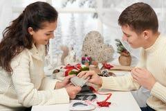 Jeunes couples faisant des décorations pour le jour du ` s de Valentine, les personnes heureuses - romantiques et le concept d'am Photos libres de droits