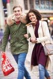 Jeunes couples faisant des emplettes dehors ensemble Photo libre de droits