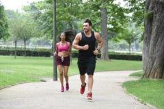 Jeunes couples faisant des sports en nature Image stock