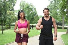 Jeunes couples faisant des sports en nature Photos stock