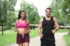 Jeunes couples faisant des sports en nature Photos libres de droits