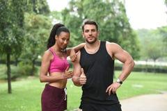 Jeunes couples faisant des sports en nature Image libre de droits
