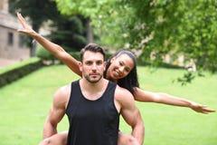 Jeunes couples faisant des sports en nature Images libres de droits