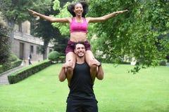 Jeunes couples faisant des sports en nature Photo libre de droits