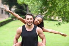 Jeunes couples faisant des sports en nature Photographie stock libre de droits