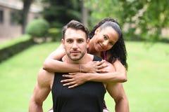 Jeunes couples faisant des sports en nature Photo stock