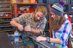 Jeunes couples faisant l'artisanat dans l'atelier photos libres de droits