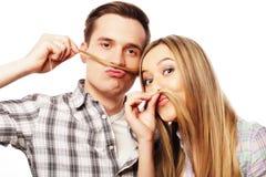 Jeunes couples faisant la fausse moustache à partir des cheveux Images libres de droits
