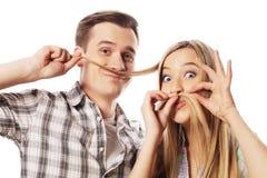 Jeunes couples faisant la fausse moustache à partir des cheveux Photos stock