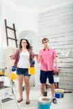 Jeunes couples faisant la réparation à la maison Photo libre de droits