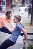 Jeunes couples faisant la séance d'entraînement dans la rue Image stock
