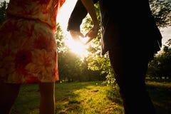 Jeunes couples faisant le coeur de leurs mains Photographie stock libre de droits