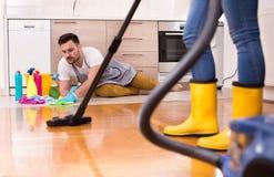 Jeunes couples faisant les travaux domestiques ensemble Images libres de droits