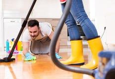 Jeunes couples faisant les travaux domestiques ensemble Photo libre de droits