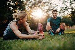 Jeunes couples faisant leurs bouts droits en parc Photos libres de droits