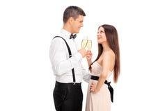 Jeunes couples faisant un pain grillé avec du vin Image stock