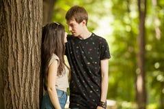 Jeunes couples faisant un tour dans la forêt Photo stock