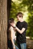 Jeunes couples faisant un tour dans la forêt Images stock
