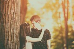 Jeunes couples faisant un tour dans la forêt Images libres de droits