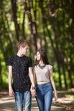 Jeunes couples faisant un tour en parc Image stock