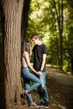 Jeunes couples faisant un tour en parc Photo libre de droits